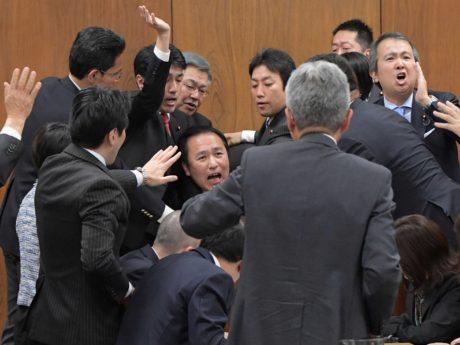 法律を変えることに反対する国会議員たちの写真