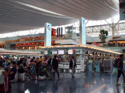 成田空港で飛行機を待つ人たちの写真