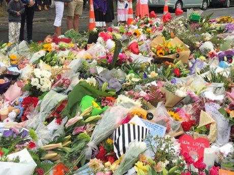 事件で亡くなった人たちに向けてそなえられたお花