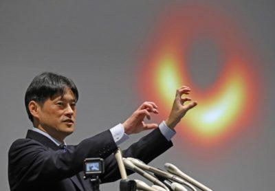 ブラックホールの写真について説明する研究者