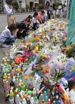 川崎の事件の現場でお祈りする人たち