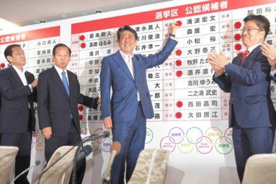 当選した人の名前に印をつける安倍晋三首相